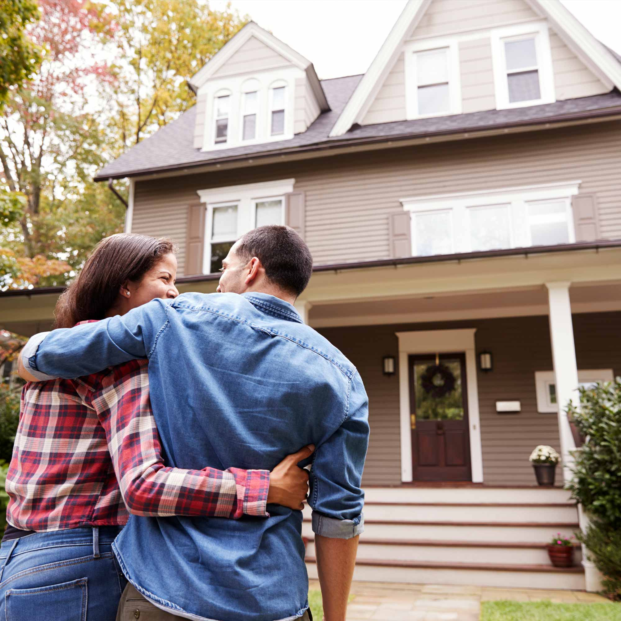 couple_looking_at_house_smiling